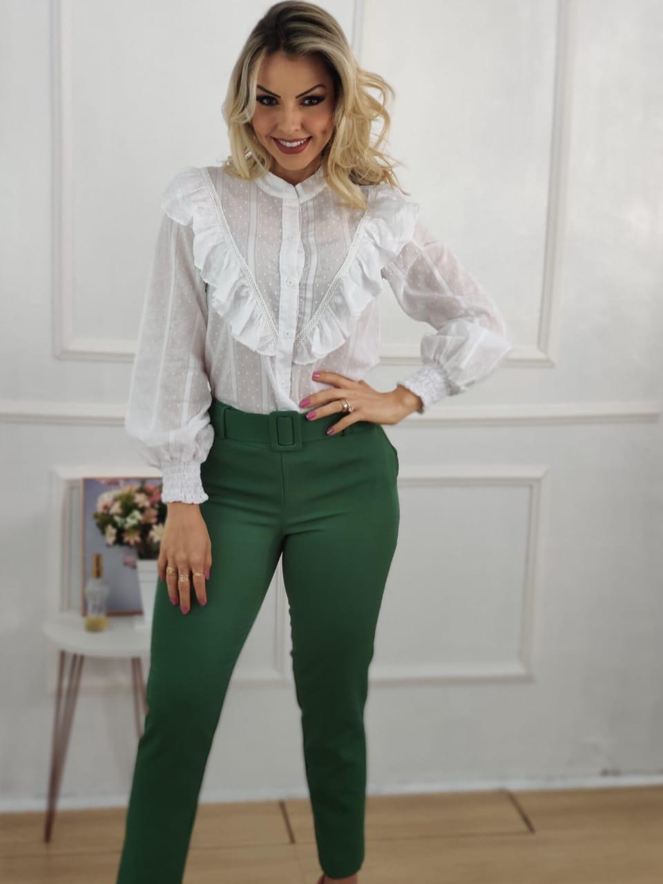 Look: 1 Camisa Manga Longa Babados Illusion Branca + 1 Calça Skinny Cinto Encapado Verde Bandeira