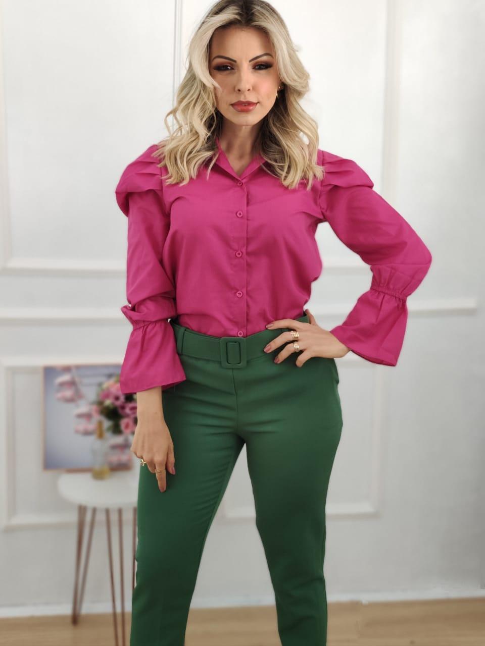 Look: 1 Camisa Manga Longa Bufante Pink + 1 Calça Skinny Cinto Encapado Verde Bandeira