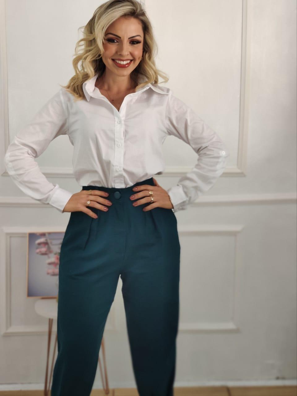 Look: 1 Camisa Manga Longa Lisa Branca + 1 Calça Skinny em Linho Detalhe Pregas Verde Escuro