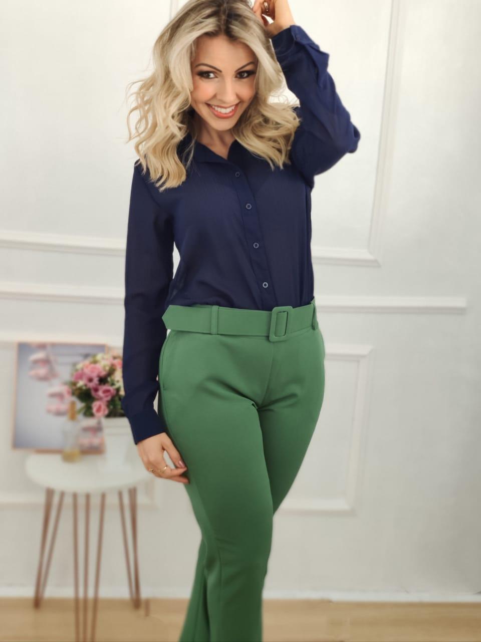 Look: 1 Camisa Manga Longa Lurex Azul Marinho + 1 Calça Skinny Cinto Encapado Verde Bandeira