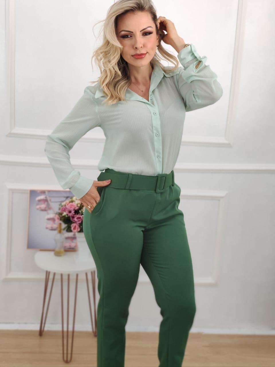 Look: 1 Camisa Manga Longa Lurex Verde + 1 Calça Skinny Cinto Encapado Verde Bandeira