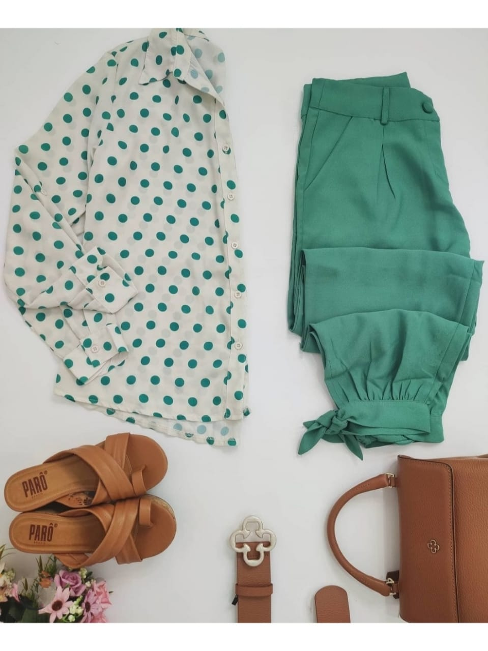 Look: 1 Camisa Poá Verde + 1 Calça Skinny Laço Verde
