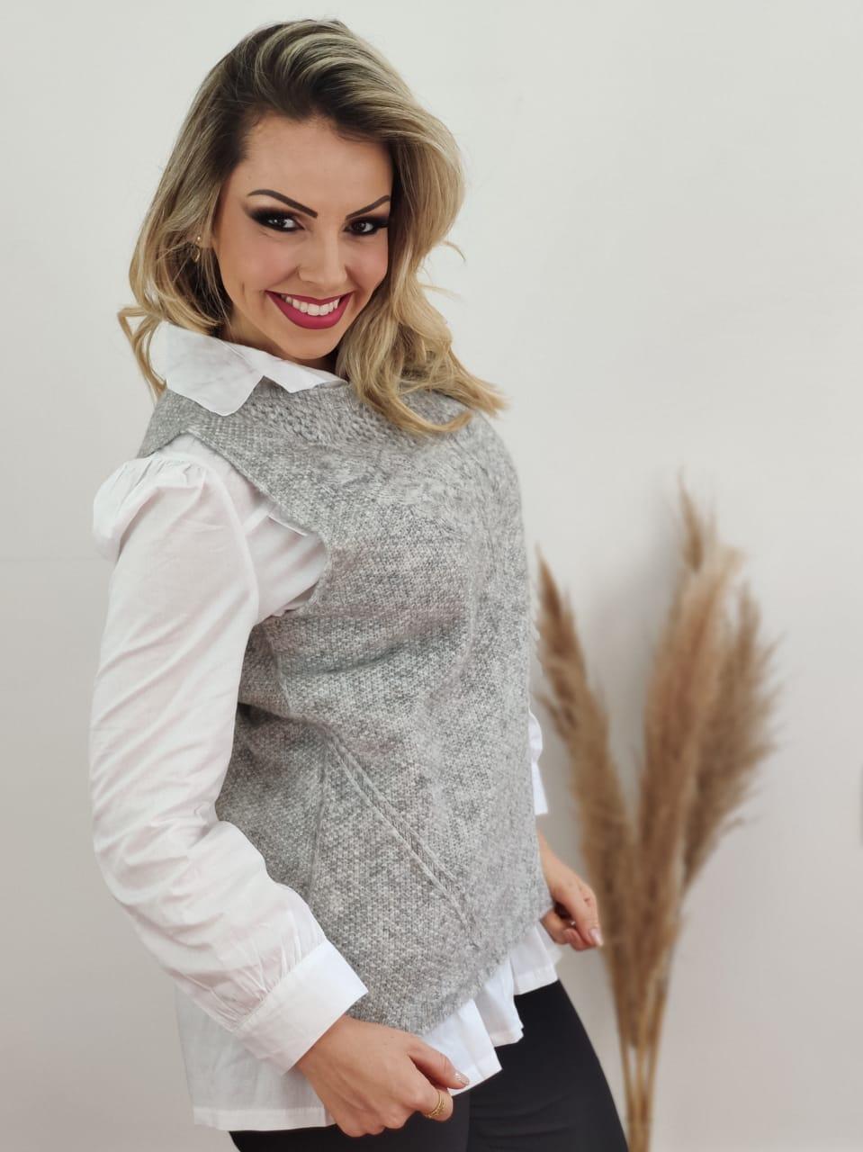 Look: 1 Colete Tricot Felpudo Cinza + 1 Max Camisa Manga Longa Detalhe Bolso Branca