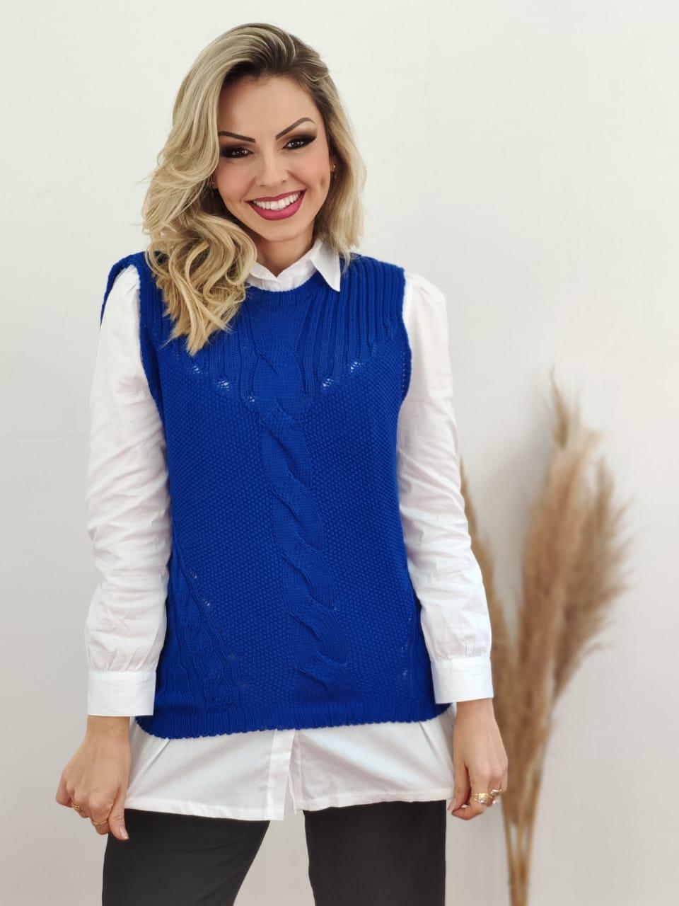 Look: 1 Colete Tricot Tranças Azul + 1 Max Camisa Manga Longa Detalhe Bolso Branca