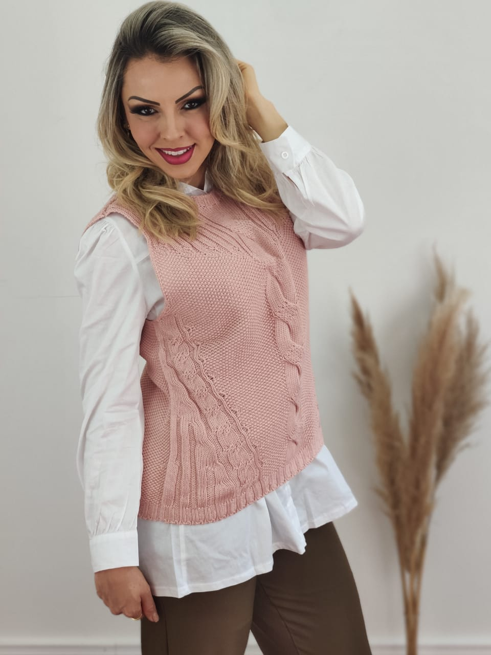 Look: 1 Colete Tricot Tranças Rosa + 1 Max Camisa Manga Longa Detalhe Bolso Branca