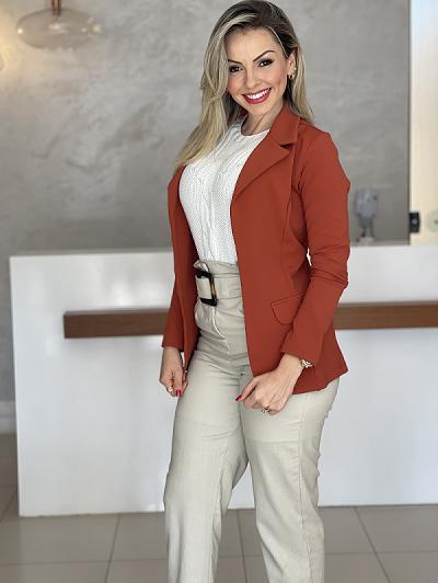 Look Pronto: Blazer Feminino Alongado em Poliamida Terracota + Colete Tricot Tranças Branco + Calça Skinny em Viscolinho Detalhe Cinto Bege