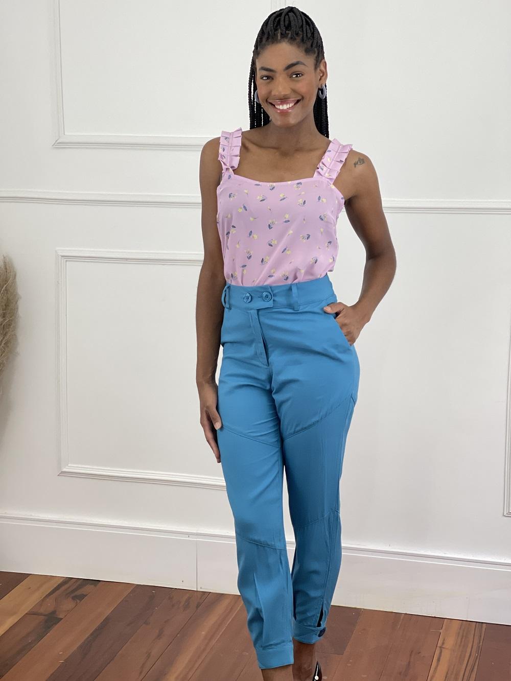 Look Pronto: Blusa Alça Estampa Flores Roxa + Calça Skinny Dois Botões Azul