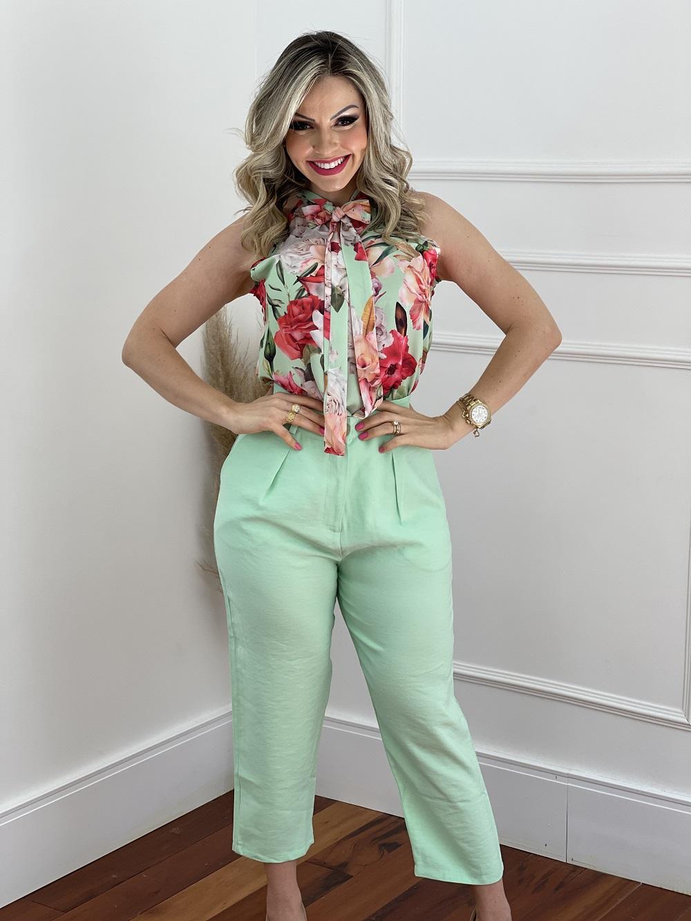 Look Pronto: Blusa Cava Americana Estampa Floral Amarra Colo Verde + Calça Pantacourt Candy Colors Verde