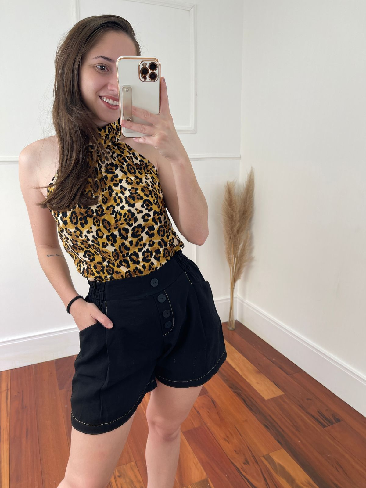 Look Pronto: Blusa Cava Americana Gola Alta Estampada Animal Print + Shorts Pespontos Botões Preto