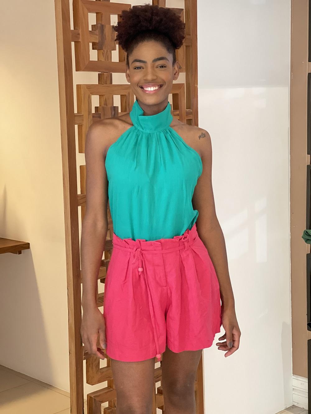 Look Pronto: Blusa Cava Americana Gola Alta Verde Bandeira + Shorts Gode Plissado Pink
