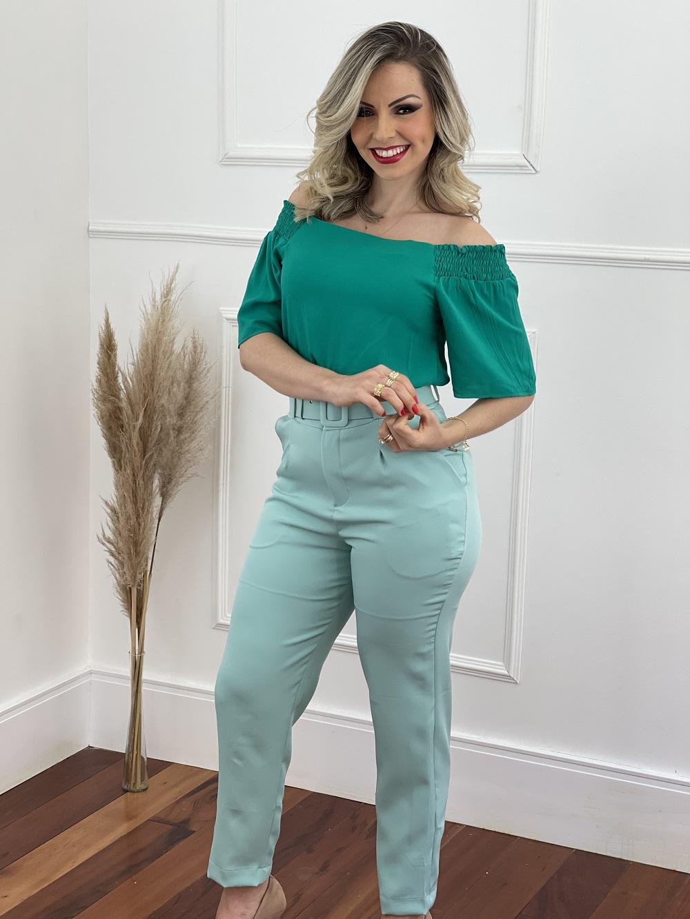 Look Pronto: Blusa Ciganinha Manga Curta Lisa Verde Bandeira + Calça Cenoura Cinto Encapado Verde