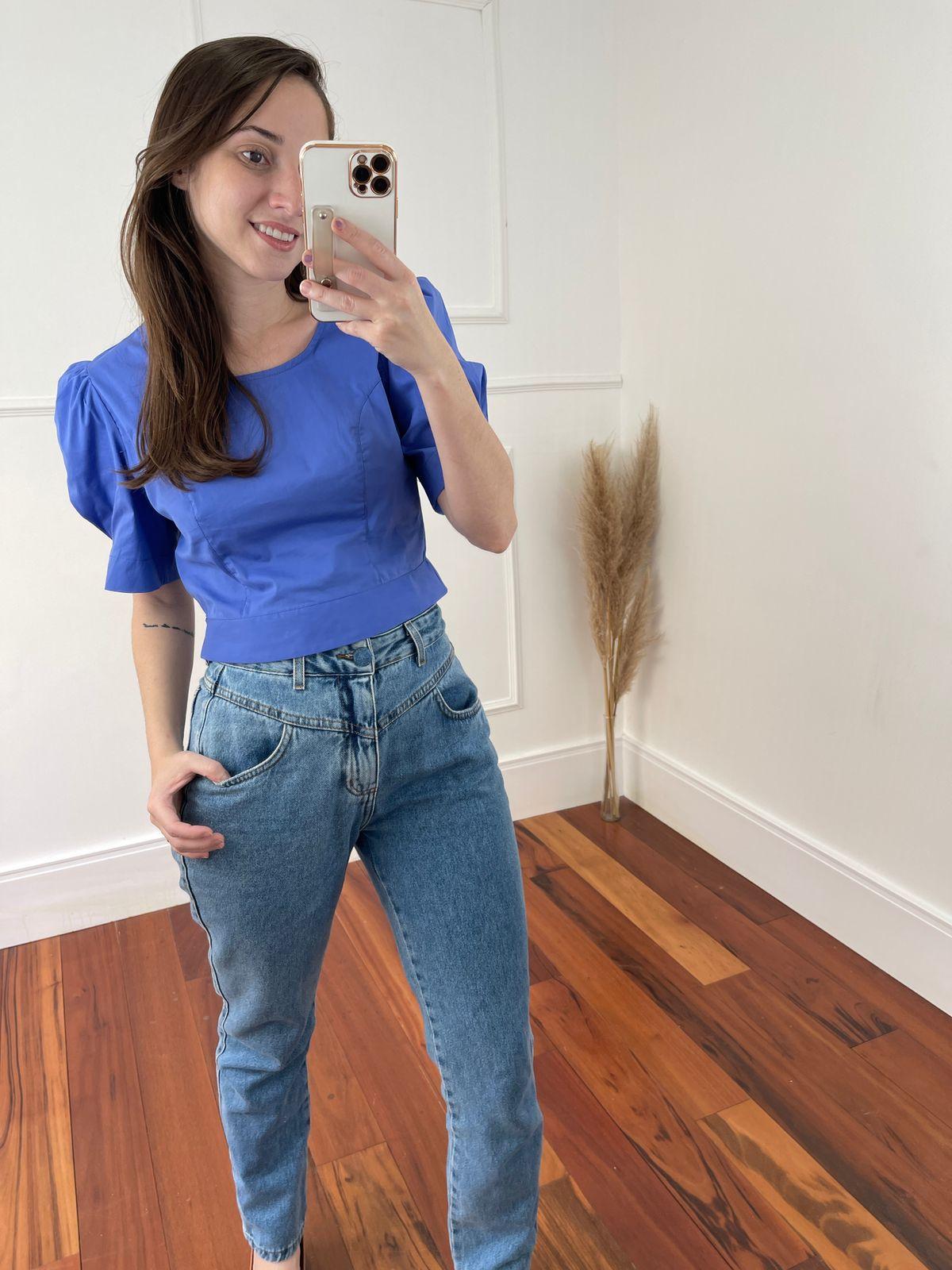 Look Pronto: Blusa Cropped em Tricoline Manga Bufante Azul + Calça Jeans Mom Detalhe Cós