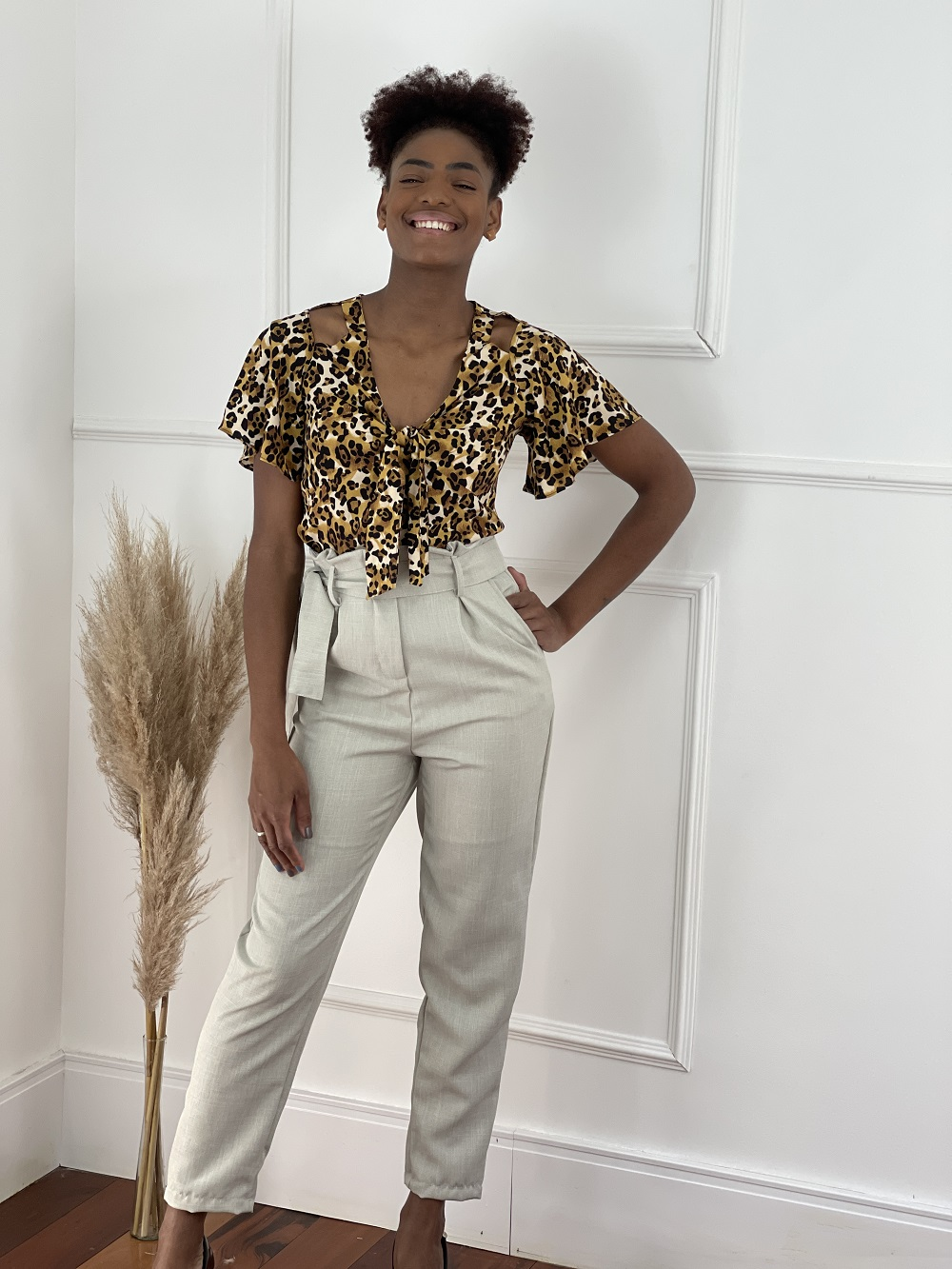 Look Pronto: Blusa Detalhe Laço Busto Estampada Animal Print + Calça Skinny em Polilinho Clochard Bege