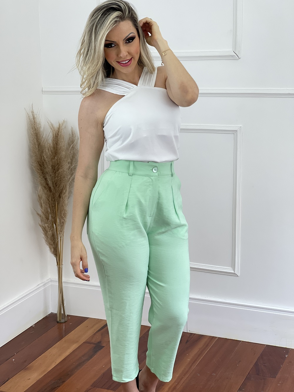 Look Pronto: Blusa Drapeado na Alça Branca + Calça Pantacourt Candy Colors Verde
