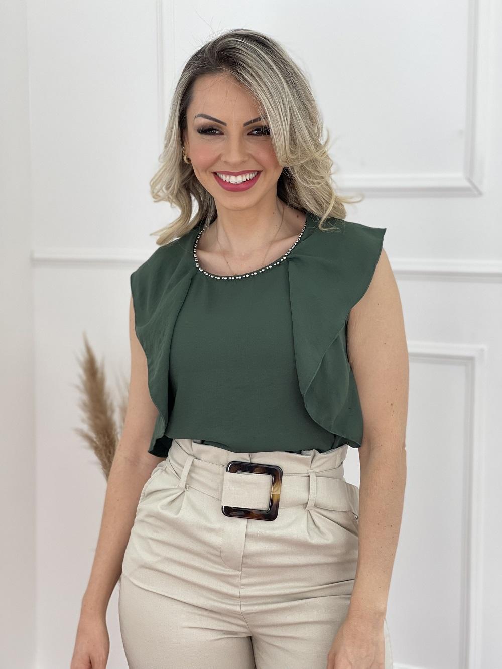 Look Pronto: Blusa Regata Babados Verde + Calça Skinny em Viscolinho Detalhe Cinto Bege