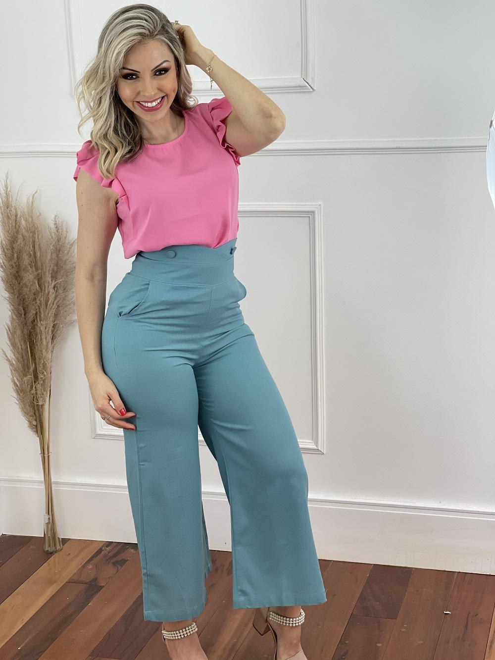 Look Pronto: Blusa Regata Plissado Ombro Rosa + Calça Salopete em Linho Azul