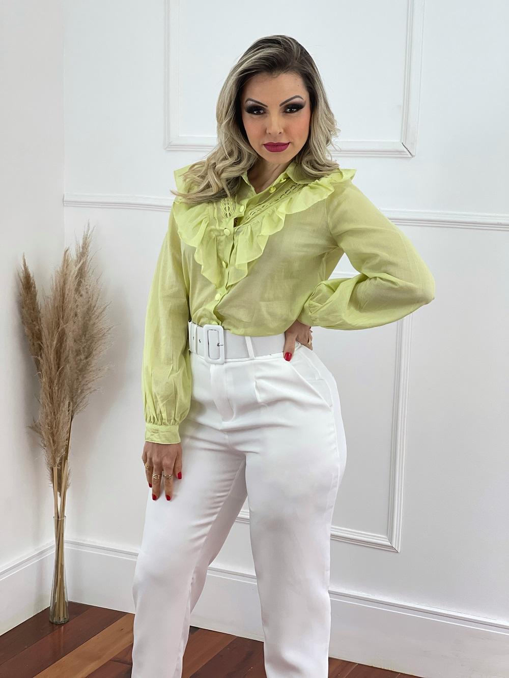 Look Pronto: Camisa Manga Longa Babados e Guipir Verde Lima + Calça Cenoura Cinto Encapado Branca