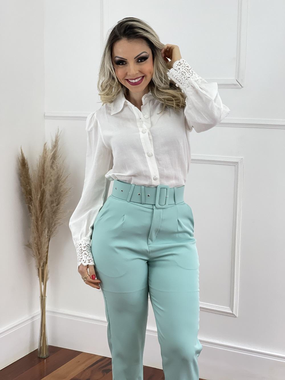Look Pronto: Camisa Manga Longa Bufante Renda Punho Branca + Calça Cenoura Cinto Encapado Verde