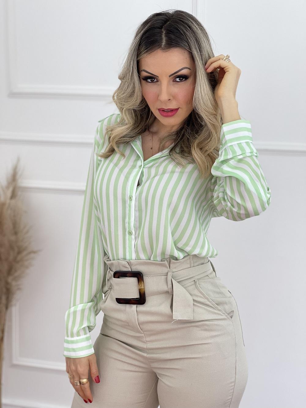 Look Pronto: Camisa Manga Longa Listras Verde + Calça Skinny em Viscolinho Detalhe Cinto Bege