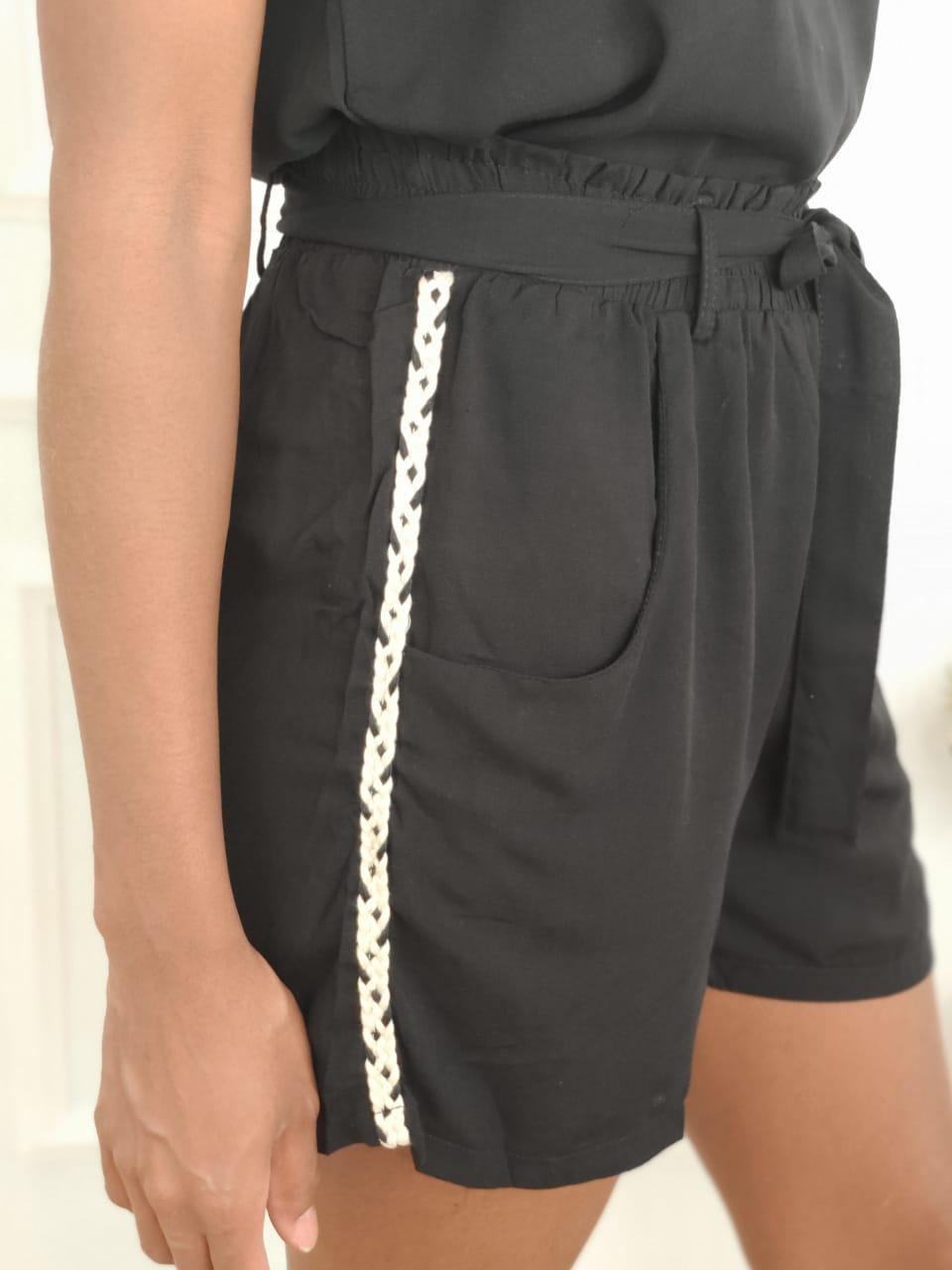Shorts Detalhe Lateral Preto