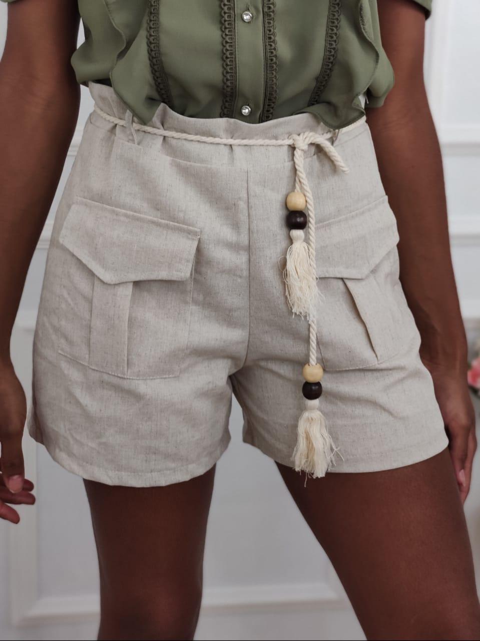 Shorts em Linho Bolsos Bege
