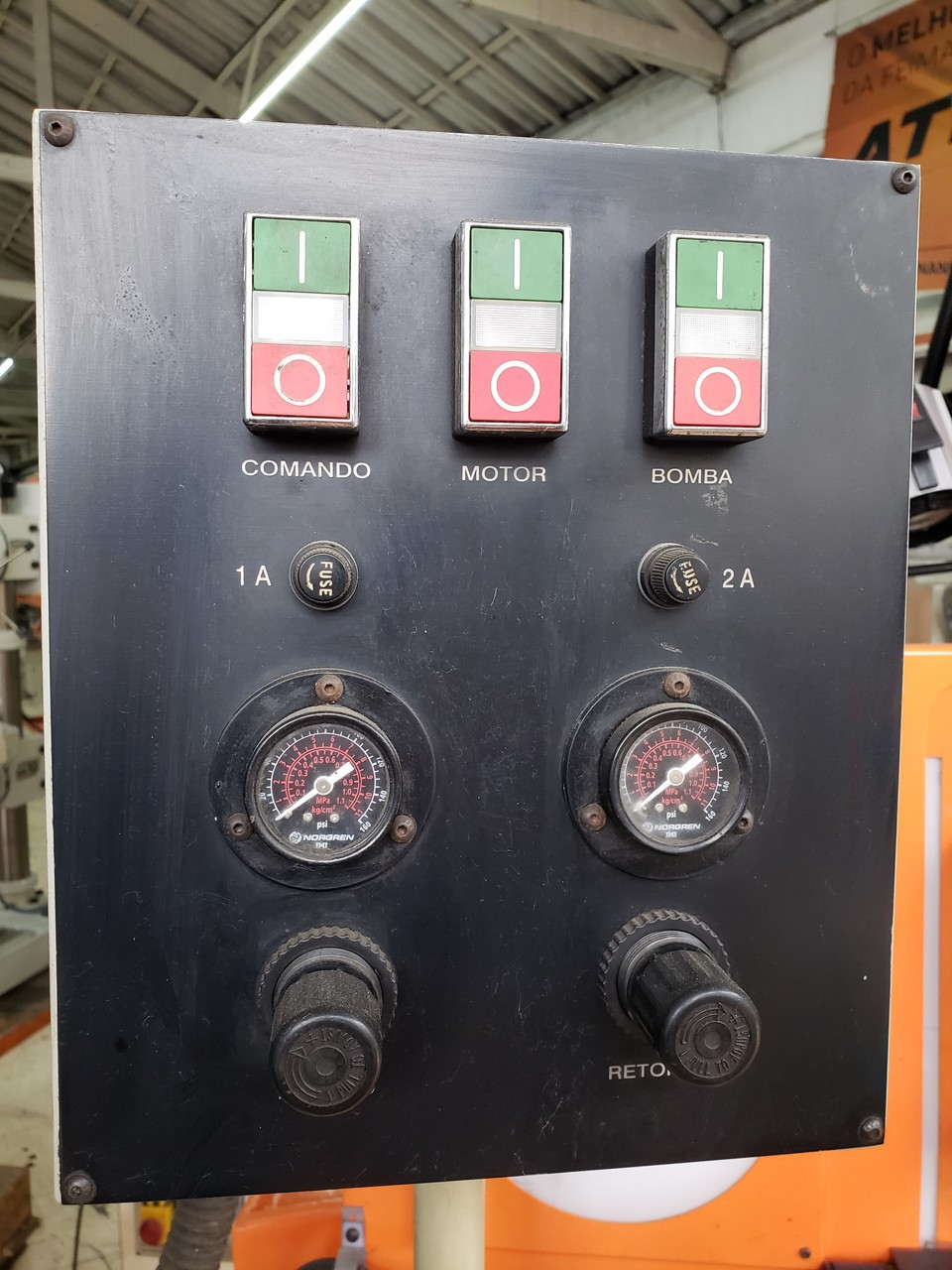 Rosqueadeira de Bancada Begra, Modelo RS-120, Sistema padrao de rosca, Acionamento pneumático, Reservatório para coleta de peças  - 220v - Super Conservada, Semi Nova, Pintura Orignal (Usada)  - Atlasmaq