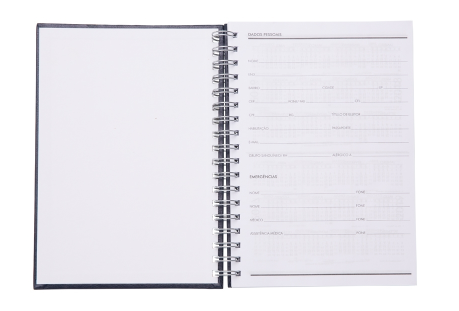 Caderno com capa de couro sintético texturizado e espiral prata metálico.