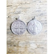 Pingente Medalha de São Bento banhada em Ródio Branco
