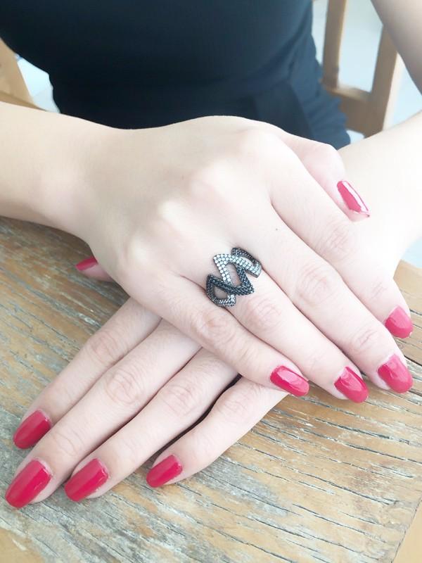 Anel com Zircônia Cristal e Negra banhado em Ródio Negro