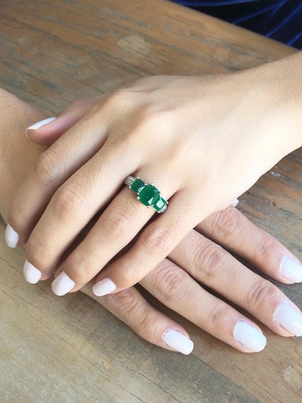 Anel Com Zirconia Esmeralda e Microzirconias Cristal banhado em Rodio Branco