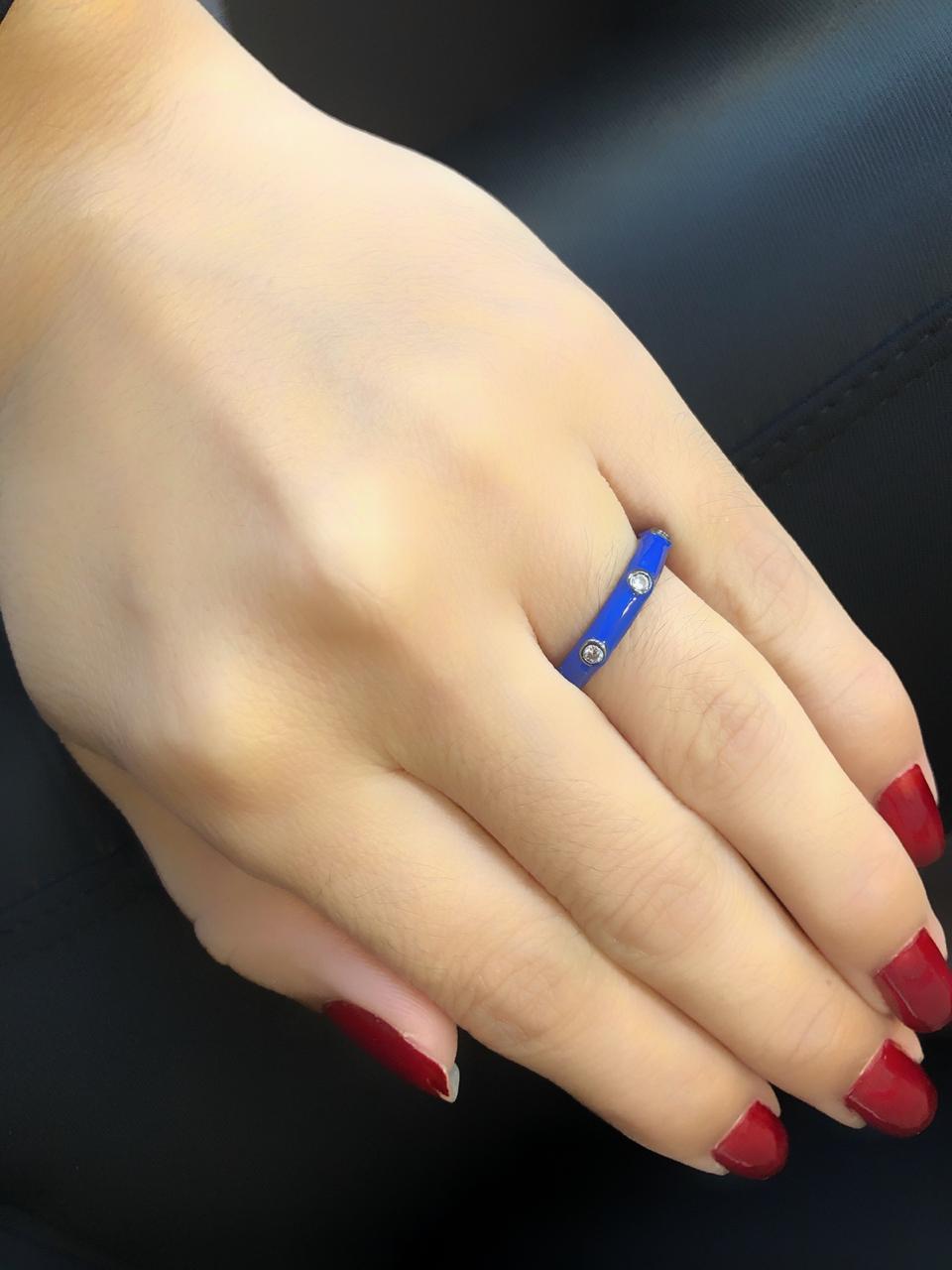 Anel Esmaltado com Ponto de Luz Azul Banhado em Ródio Negro