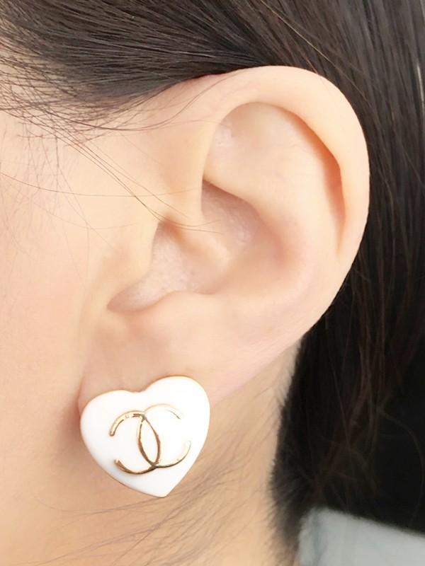 Brinco Coração Chanel Branco Esmaltado banhado em Ouro 18K