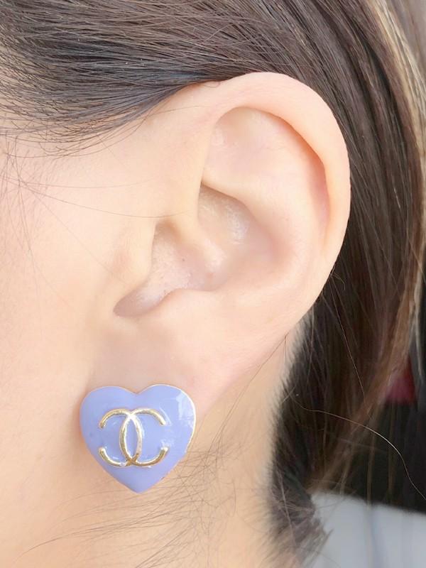 Brinco Coração Chanel Esmaltado Lavanda banhado em Ouro 18K
