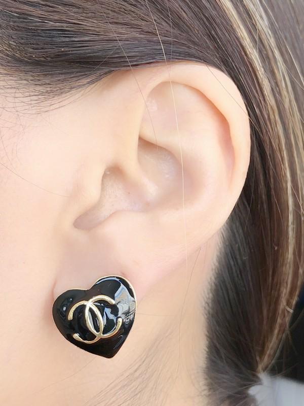 Brinco Coração Chanel Esmaltado Preto banhado em Ouro 18K