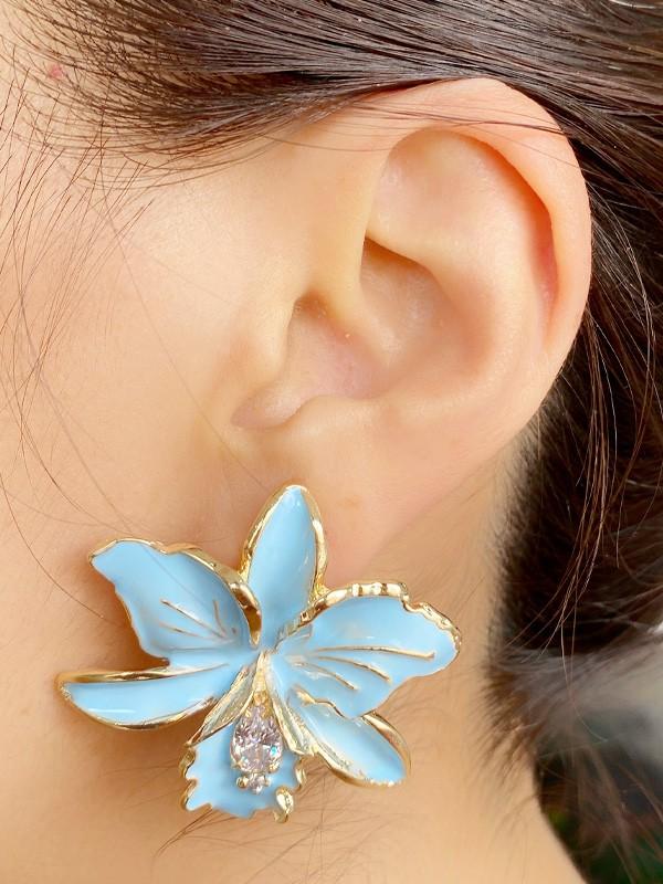 Brinco Flor Esmaltada Azul Bebe com Zirconia Cristal banhado em Ouro 18K