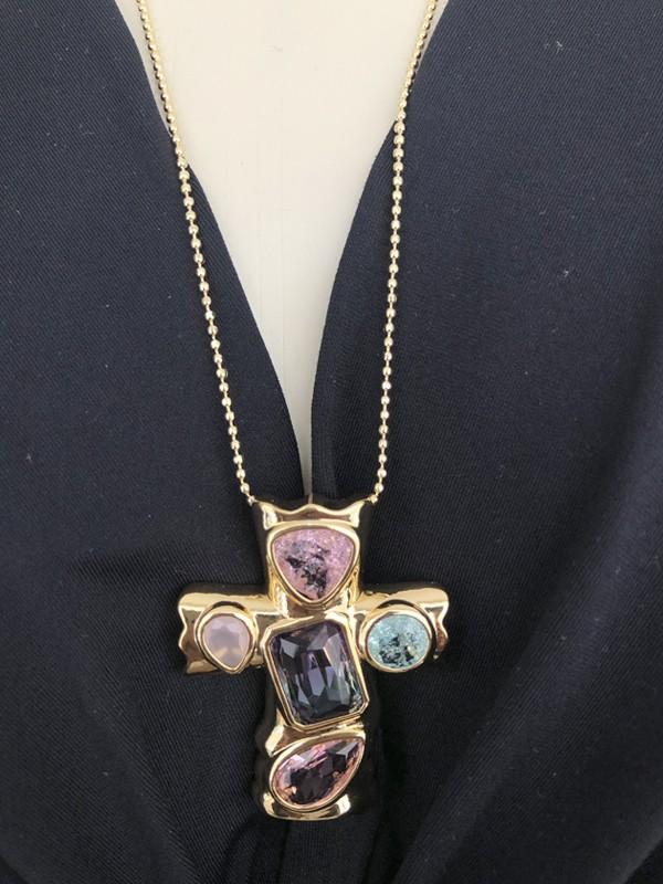Colar Crucifixo com Pedras Coloridas banhado em Ouro 18K