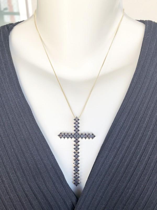 Colar Crucifixo Maleável com Zircônia Negra banhado em Ouro 18K