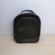 Mochila em Couro Legítimo - Motivo HD Bar Shield - Marrom - 008/10243