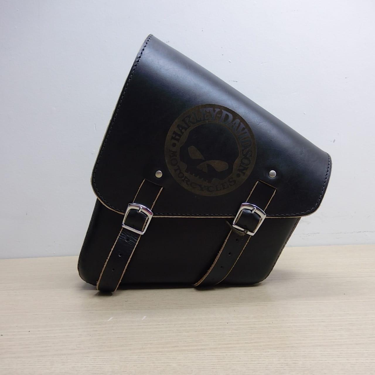 Bolsa de Balança em Couro - Motivo Skull - HD Softail - Tam Pequeno - Preta com Bordas Lixadas - 008/62708
