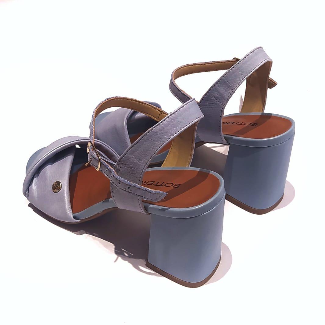 Sandália com tira almofadada