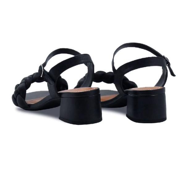 Sandália com tira trançada