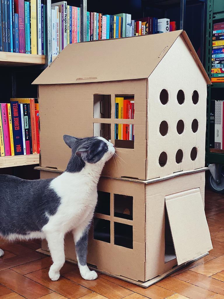 Casa de dois andares com arranhador de papelão para gatos