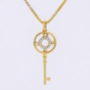 colar de chave numero romano com circulo de zirconia.