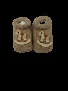 Sapatinho Crochê Especial- Cavalinho de Pau Bege Bilu Teteia
