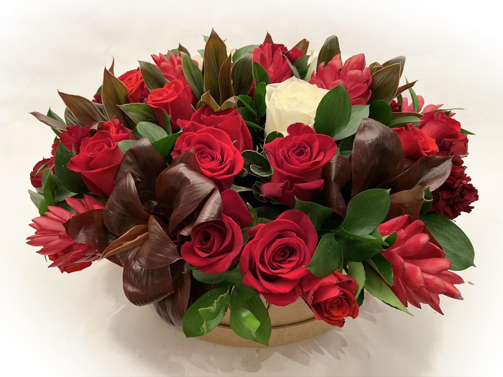 Caixa com Rosas e Flores Vermelhas