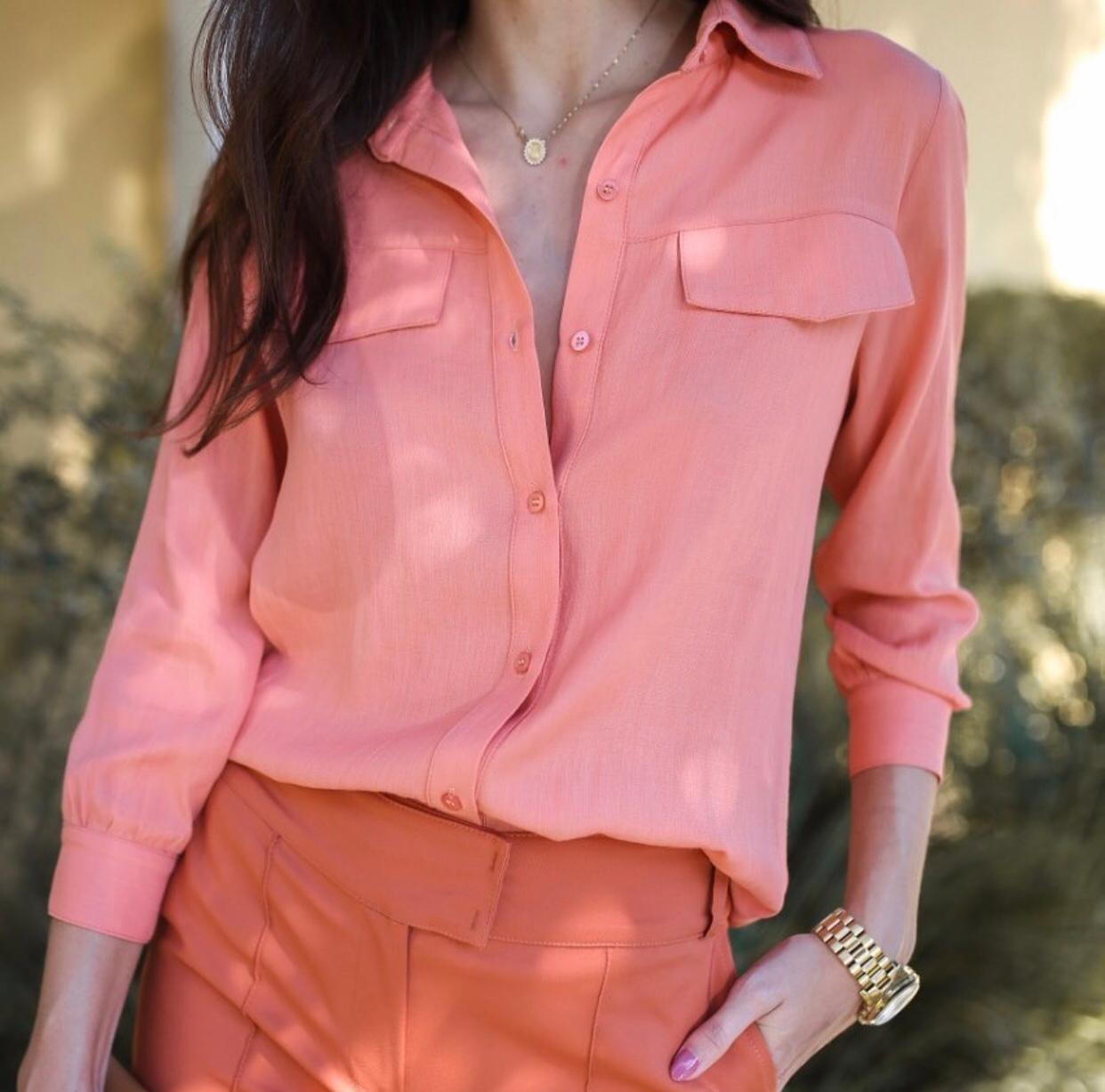 Camisa Feminina Com Botões e Lapela Coral