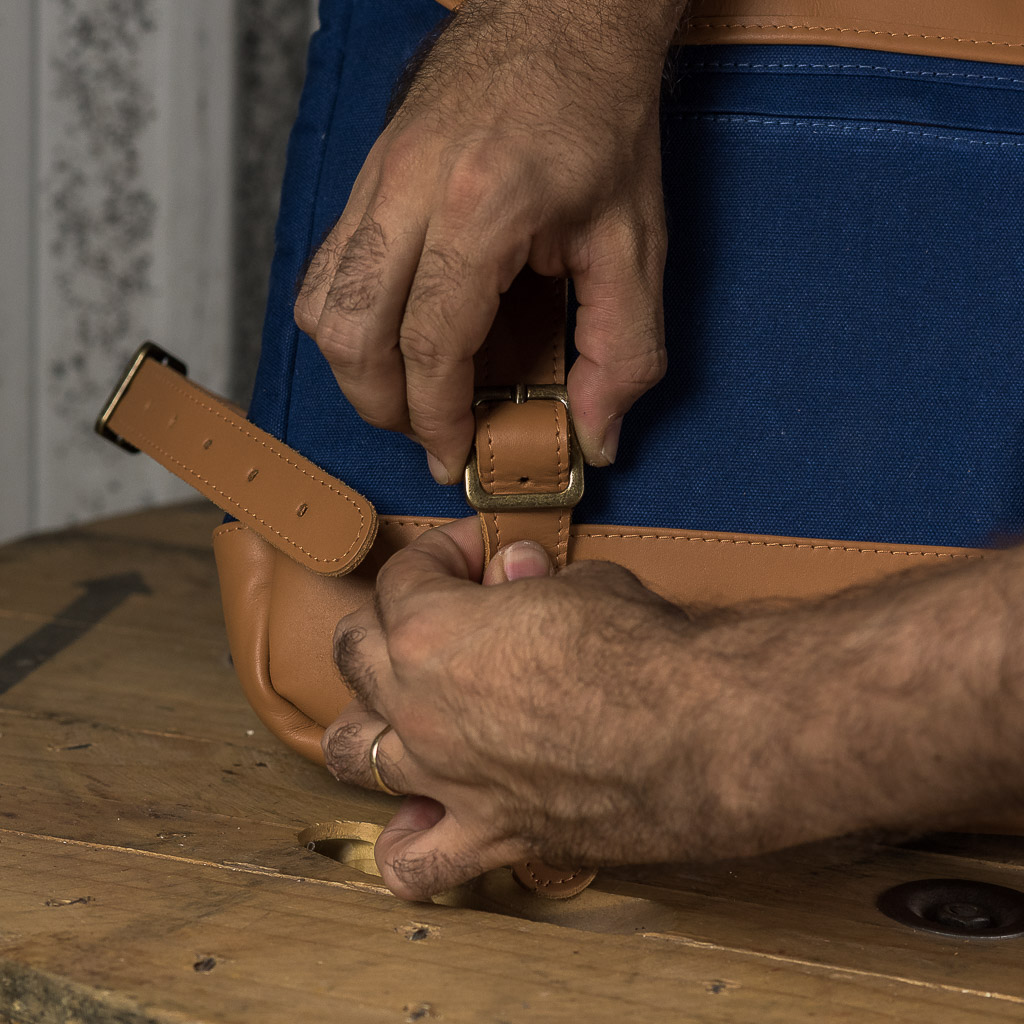 Mochila Roadstar Material e Cor: Couro Caramelo / Lona Azul