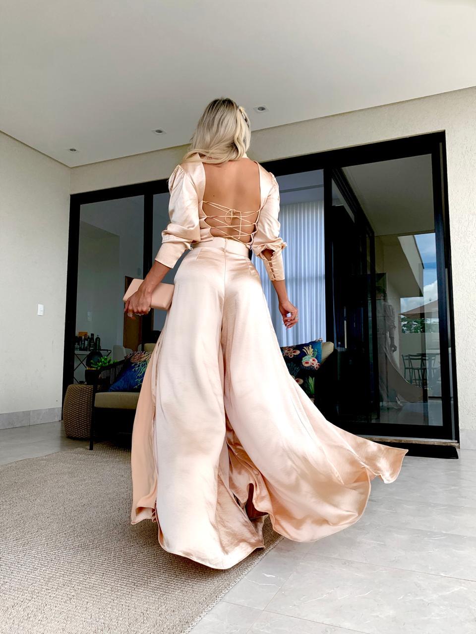 Blusa cropped em satin com detalhe trançado nas costas