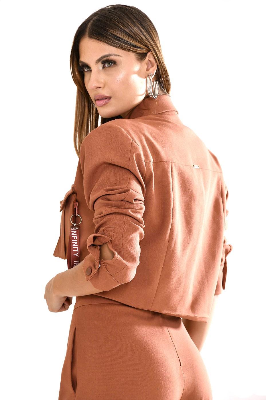 Conjunto de alfaiataria com blazer e calça com fendas e puxador