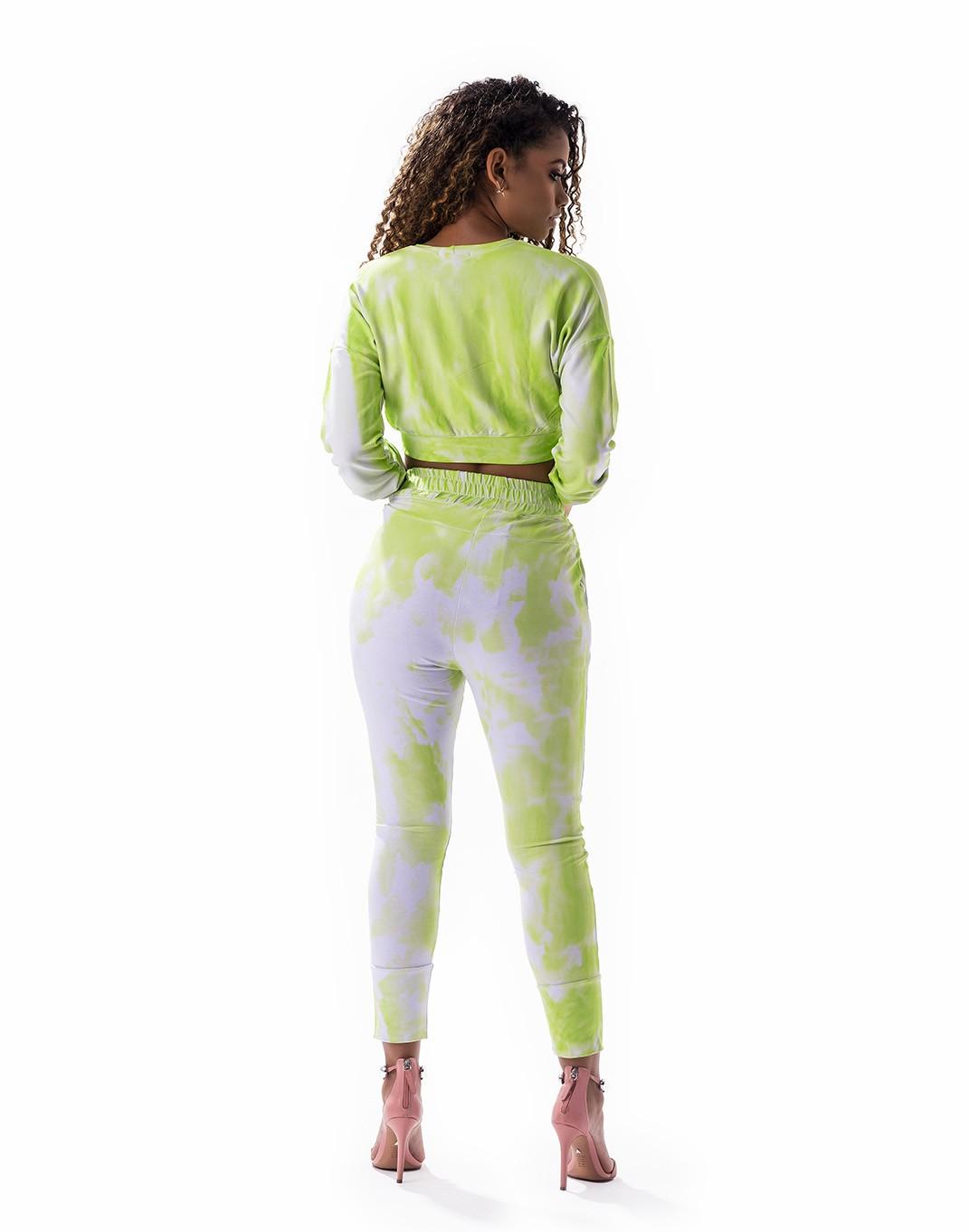 Conjunto tie dye calça e cropped com ombro deslocado